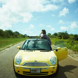 車と女性の写真素材 [FYI02051951]