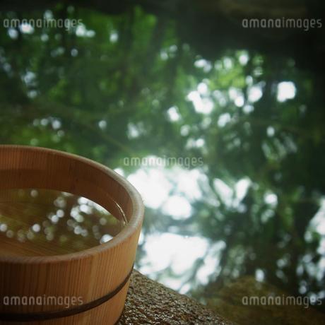 露天風呂の風呂桶の写真素材 [FYI02051972]