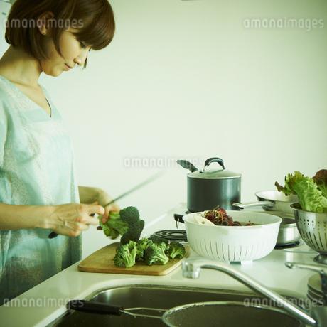 料理をする女性の写真素材 [FYI02052010]