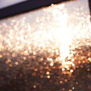 ガラスに反射する光の写真素材 [FYI02052025]