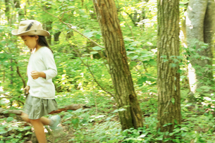森林を歩く女の子の写真素材 [FYI02052045]