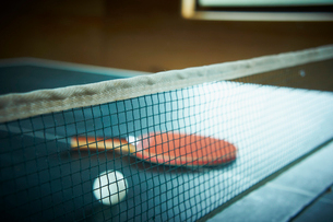 卓球台の上のラケットとボールの写真素材 [FYI02052050]