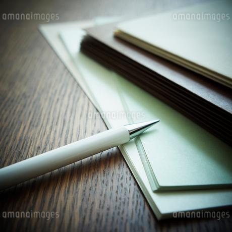 紙とペンの写真素材 [FYI02052065]