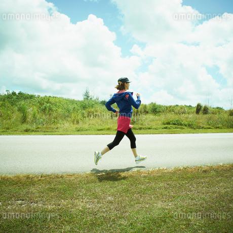 ジョギングをする女性の写真素材 [FYI02052080]