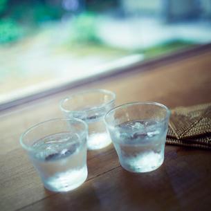 氷水が入ったグラスの写真素材 [FYI02052085]