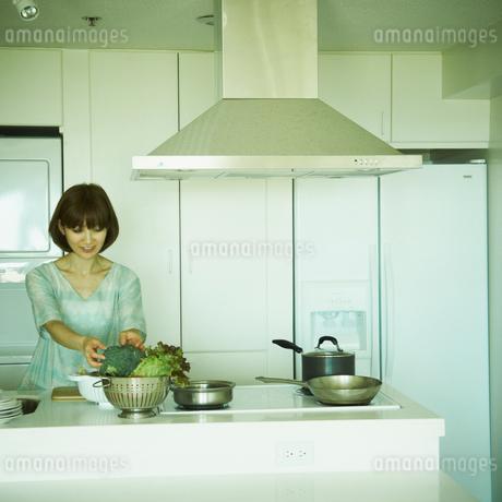 料理をする女性の写真素材 [FYI02052136]