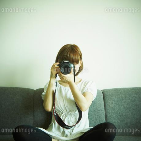 カメラを構える女性の写真素材 [FYI02052152]