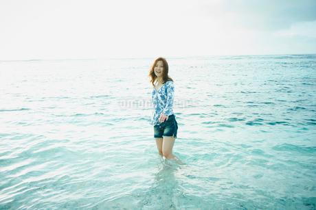 浅瀬に立つ女性の写真素材 [FYI02052222]