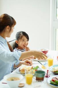食事をする親子の写真素材 [FYI02052241]