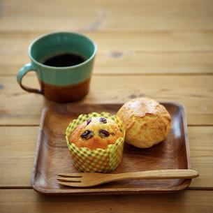 マフィンとスコーンとコーヒーの写真素材 [FYI02052244]