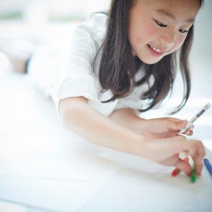 お絵かきをする女の子の写真素材 [FYI02052247]