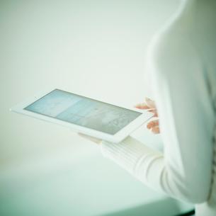 タブレットPCを持つ女性の写真素材 [FYI02052259]