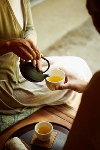 お茶を楽しむシニア夫婦の写真素材 [FYI02052261]