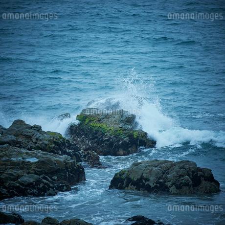 岩と波の写真素材 [FYI02052265]