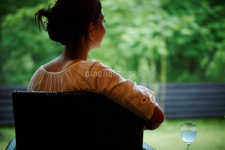 椅子に座る女性の後ろ姿の写真素材 [FYI02052285]