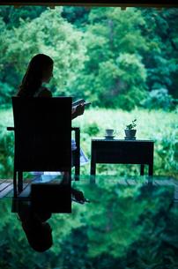 本を読む女性の写真素材 [FYI02052299]