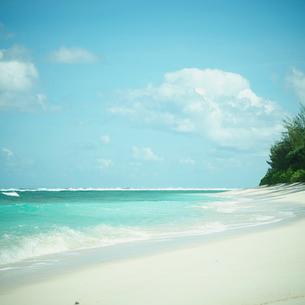 砂浜と青空の雲の写真素材 [FYI02052316]