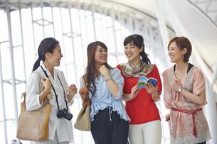 旅行する4人の女性達の写真素材 [FYI02052318]