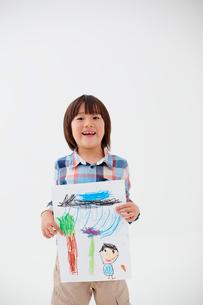 絵を持つ男の子の写真素材 [FYI02052320]