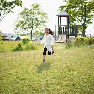 公園を走る女の子の写真素材 [FYI02052329]
