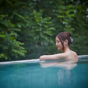 露天風呂に入浴する女性の写真素材 [FYI02052343]