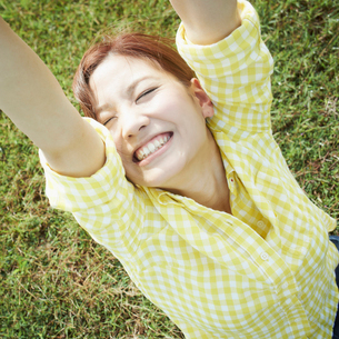 伸びをする女性の写真素材 [FYI02052347]