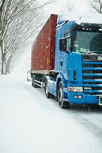 雪道とトラックの写真素材 [FYI02052350]