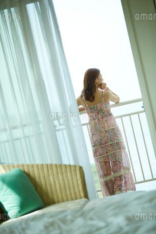 ベランダから外を眺める女性の後姿の写真素材 [FYI02052356]