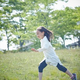 走る女の子の写真素材 [FYI02052367]