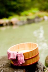 露天風呂の風呂桶と手ぬぐいの写真素材 [FYI02052373]