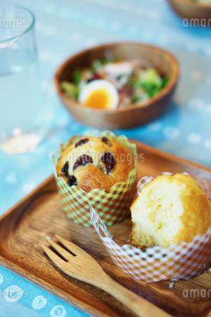 食べかけのマフィンの写真素材 [FYI02052418]