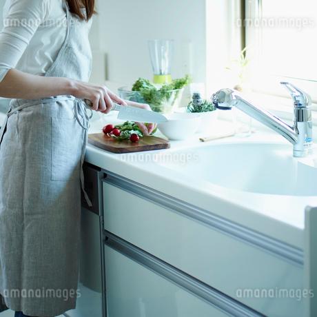 キッチンで料理をする女性の写真素材 [FYI02052430]