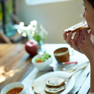 朝食を食べる女性の写真素材 [FYI02052436]