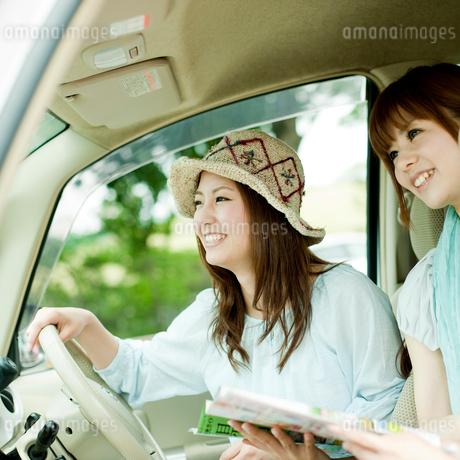 ドライブをする2人の女性の写真素材 [FYI02052450]