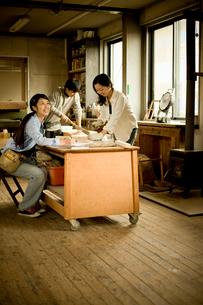 作業場の3人の若者達の写真素材 [FYI02052470]