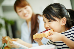 食事をする女の子と母親の写真素材 [FYI02052471]