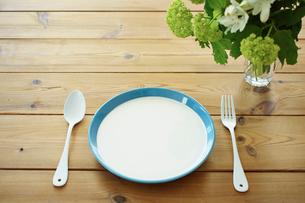 テーブルの上のお皿とナイフとフォークの写真素材 [FYI02052473]