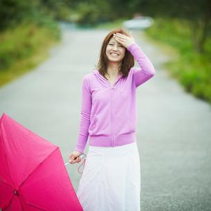 傘を持つ笑顔の女性の写真素材 [FYI02052474]