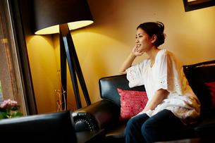 ソファに座る女性の写真素材 [FYI02052485]