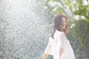 シャワーを浴びる女性の写真素材 [FYI02052487]