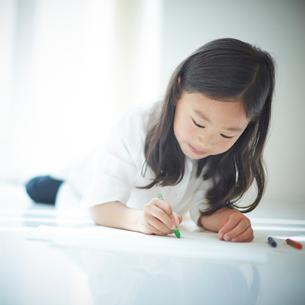 お絵かきをする女の子の写真素材 [FYI02052508]
