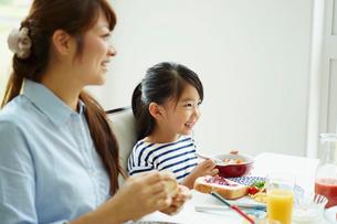食事をする親子の写真素材 [FYI02052511]