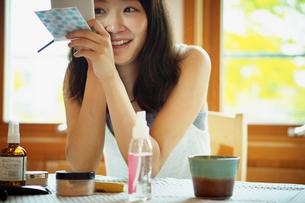 メイクをする女性の写真素材 [FYI02052528]