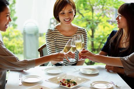 レストランで女子会をする女性達の写真素材 [FYI02052532]
