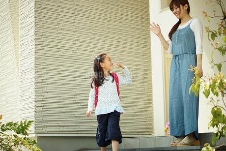 住宅の前の母と子の写真素材 [FYI02052545]