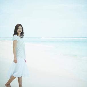 砂浜を歩く女性の写真素材 [FYI02052556]