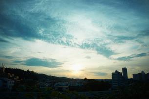 夕日と街並みの写真素材 [FYI02052558]