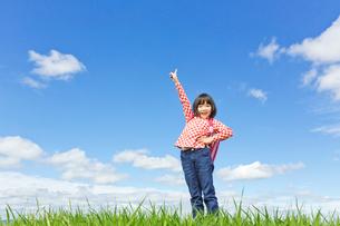 空を指差すランドセルを背負った女の子の写真素材 [FYI02052583]