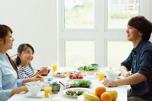 朝食を食べるファミリーの写真素材 [FYI02052585]