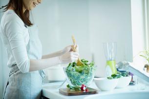 サラダを作る女性の写真素材 [FYI02052628]